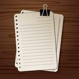 在木背景的纸 免版税库存照片