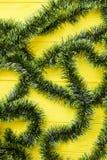在木背景的绿色圣诞节闪亮金属片 库存照片