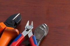 在木背景的缆绳切削刀 免版税库存照片