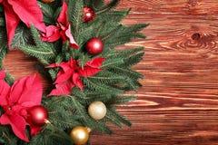 在木背景的美丽的圣诞节花圈, 库存图片