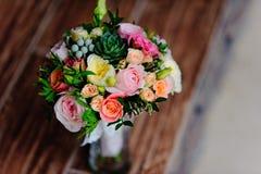 在木背景的美丽的婚礼花束 免版税库存照片