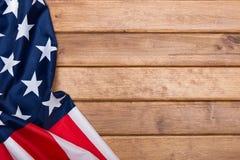 在木背景的美国国旗与一个定调子的作用 美利坚合众国的旗子 模板 顶视图 免版税库存图片