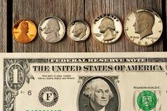 在木背景的美国金钱 免版税图库摄影