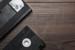 在木背景的老减速火箭的录影带 免版税库存照片