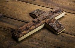 在木背景的老十字架哀悼或死亡概念的 免版税库存照片