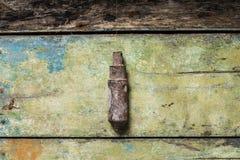 在木背景的老大厦工具坠子 免版税库存图片