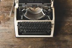 在木背景的老打字机,顶视图 创造性的新闻事业作家博客作者概念 库存图片