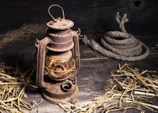 在木背景的老灯笼 库存照片