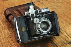 在木背景的老照相机 套摄影师 免版税库存图片