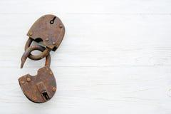 在木背景的老生锈的挂锁 免版税库存照片