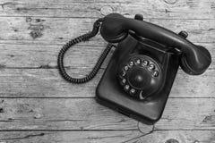 在木背景的老电话 库存照片