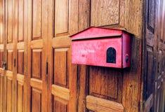 在木背景的老红色邮箱 免版税库存图片