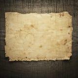 在木背景的老纸张 库存照片