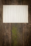 在木背景的老纸板料 图库摄影