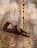 在木背景的老葡萄酒大厦工具 免版税库存照片