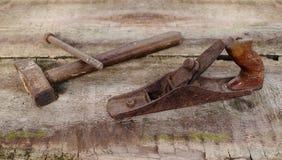在木背景的老葡萄酒大厦工具 库存照片