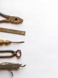 在木背景的老葡萄酒手工具 免版税库存照片