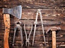 在木背景的老葡萄酒手工具 免版税库存图片