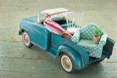 在木背景的老葡萄酒玩具卡车 免版税库存图片