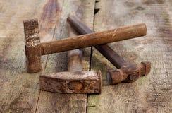 在木背景的老葡萄酒锤子 库存图片