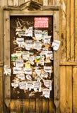 在木背景的老被撕毁的广告牌海报 图库摄影