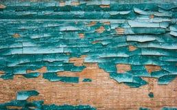 在木背景的老破裂的油漆样式 在绿松石和蓝色树荫 关闭上色百合软的查阅水 库存照片