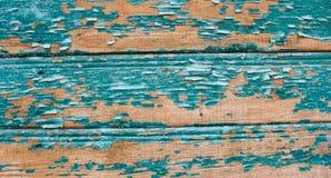 在木背景的老破裂的油漆样式 在绿松石和蓝色树荫 免版税库存图片