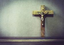 在木背景的耶稣受难象 免版税库存图片