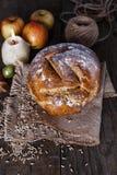 在木背景的自创土气面包 免版税库存图片