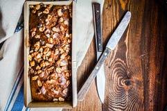 在木背景的自创坚果蛋糕 免版税库存图片