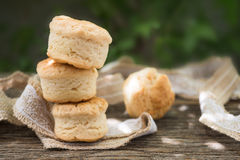 在木背景的自创新鲜的经典烤饼 库存图片