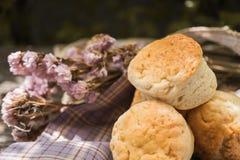 在木背景的自创新鲜的经典烤饼 图库摄影