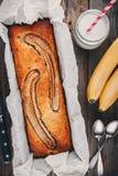在木背景的自创香蕉面包 库存图片