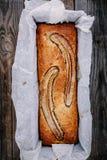 在木背景的自创香蕉面包 库存照片