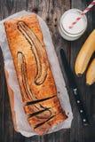 在木背景的自创香蕉面包 免版税库存照片
