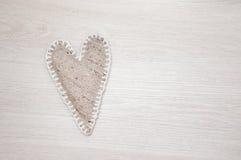 在木背景的自制亚麻制心脏 免版税库存图片