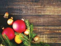 在木背景的自然冷杉分支和一棵新年` s杉树玩具 新年度`s背景 免版税库存图片