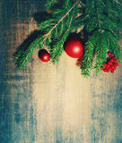 在木背景的自然冷杉分支和一棵新年` s杉树玩具 新年度`s背景 库存图片