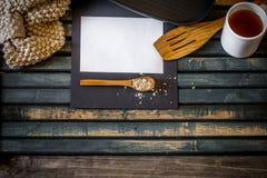在木背景的舒适厨房静物画 文本白皮书的地方 免版税图库摄影