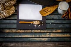 在木背景的舒适厨房静物画 文本白皮书的地方 免版税库存照片