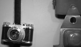 在木背景的艺术性的概念与在黑白的老减速火箭的葡萄酒照相机和影片小条和拷贝空间 免版税图库摄影