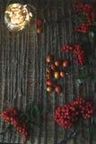 在木背景的花揪与麻线 免版税库存图片