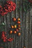 在木背景的花揪与麻线 库存图片