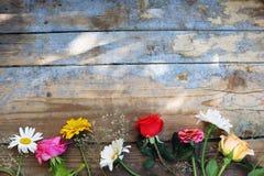 在木背景的花边界 库存照片