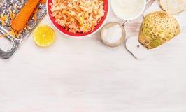 在木背景的芹菜和红萝卜沙拉makind 免版税库存图片