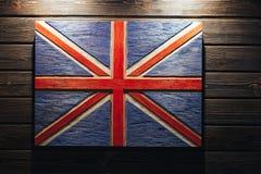 在木背景的英国旗子 标志团结的grunge王国 在木墙壁上的木旗子英国 库存照片