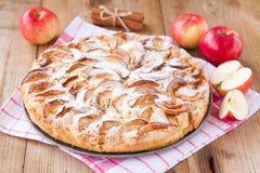 在木背景的苹果饼用桂香 库存照片