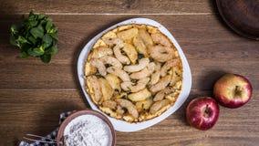 在木背景的苹果饼用苹果 免版税库存照片