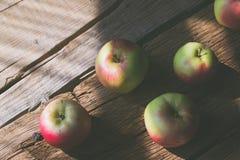 在木背景的苹果 免版税库存图片