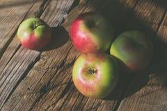 在木背景的苹果 免版税库存照片